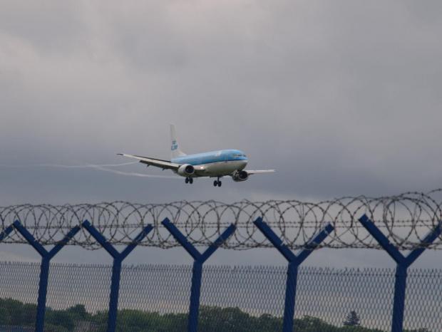 Przykładowe zdjęcie wykonane obiektywem Pentacon 4/300 #samolot #klm #okęcie
