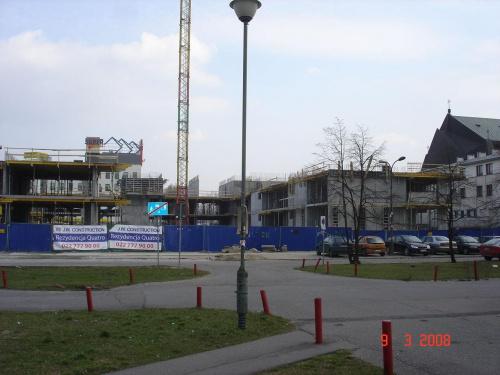 W jakim tempie teraz powstaje apartamentowiec w Warszawie. Już jest jedno piętro ...