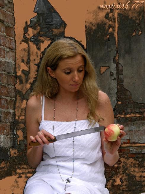 Dziwne... jabłko za małe... nóż za duży... ???