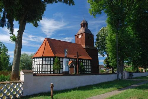 Kościół p.w. Matki Bożej Różańcowej w Dzierżąznie Wielkim zbudowany w 1595 r., konstrukcji słupowo-ramowej wypełnionej cegłą. Wewnątrz późnorenesansowy ołtarz i ambona z pozątku XVIII wieku.